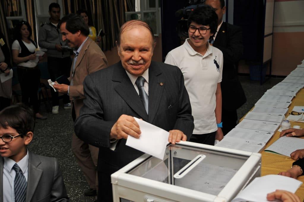 Il presidente Bouteflika si complimenta per la grande affluenza alle urne in uno dei suoi tanti mandati. Immagine ripresa da Flickr/Magharebia in licenza cc. Alcuni diritti sono riservati.