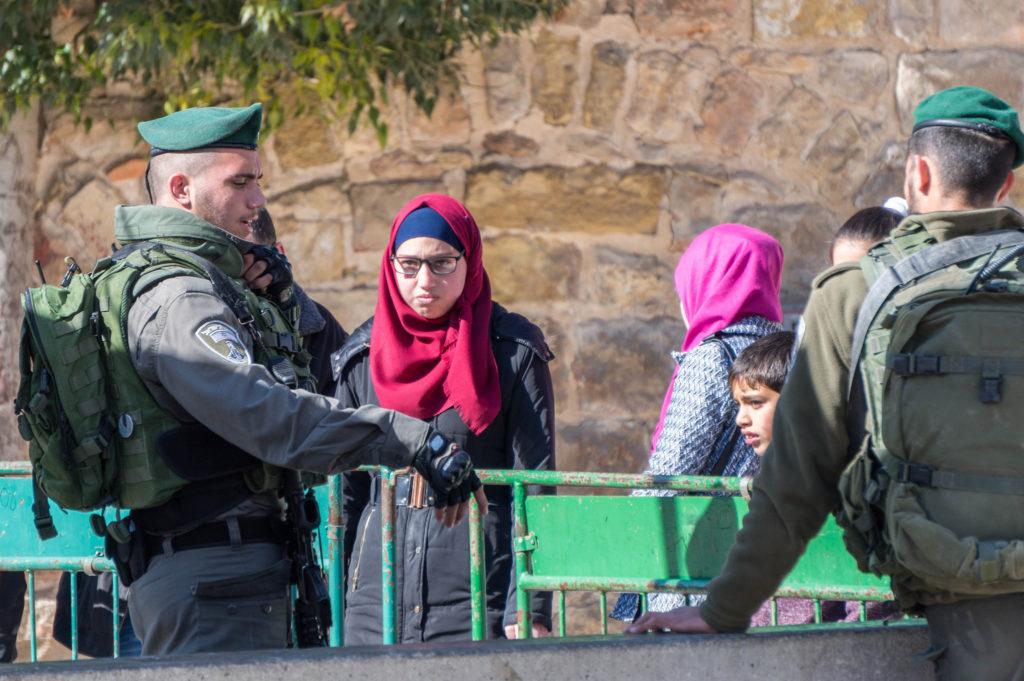 Palestinesi nel passaggio di uno dei checkpoint - Foto da Flickr Creative Commons