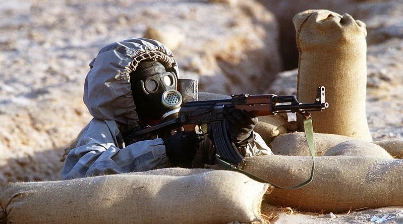 Soldato siriano con maschera contro attacco chimico Wikimedia commons