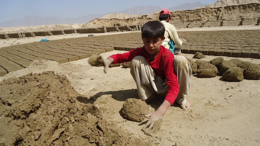 Bambini fabbricano mattoni in Afghanistan - Flickr Creative Commons - ILO
