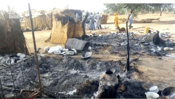 Distruzione dopo l'attacco di Boko Haram durante un funerale in Nigeria. Foto da video CNN