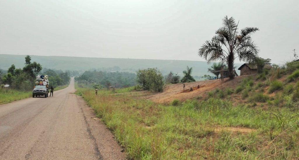 Uno dei tanti lunghi rettilinei fra Tshikapa e Kinshasa, provincia di Kwilu (Repubblica Democratica del Congo)