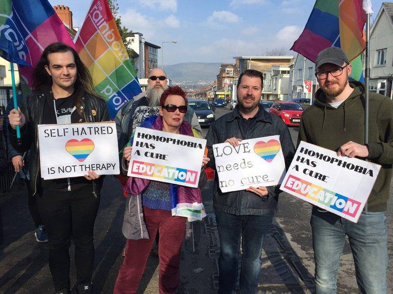 Protesta LGBT contro la True Freedom Trust che offre terapie di conversione a Belfast, Irlanda Del Nord, 2019.