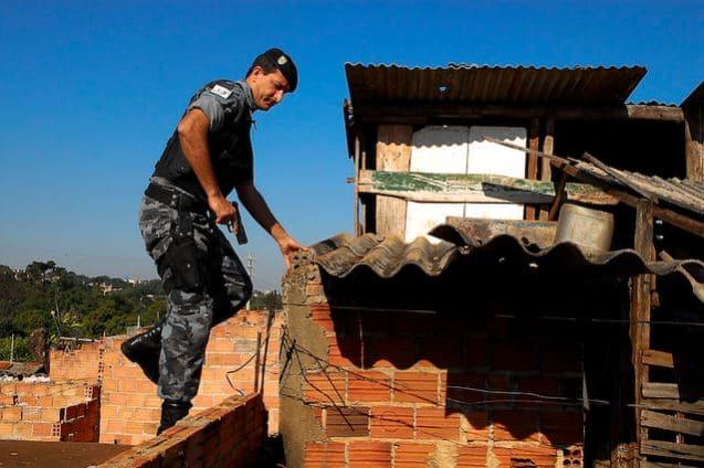 Operazione della squadra speciale della polizia militare brasiliana in uno slum. Immagine ripresa da Flickr/João Mário Goes in licenza CC.