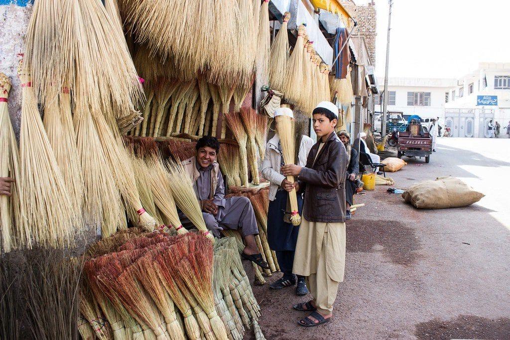 Ragazzi afgani che vendono scope, foto di AFUSA007