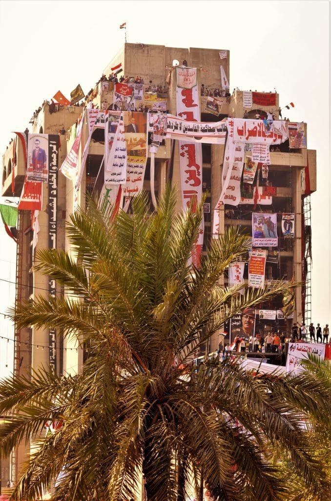 """Foto di un'edificio occupato, chiamato dai manifestanti """"Giabal Uhud"""" (Montagna di Uhud). E' un luogo strategico, ed è diventato un punto fondamentale per i ribelli."""