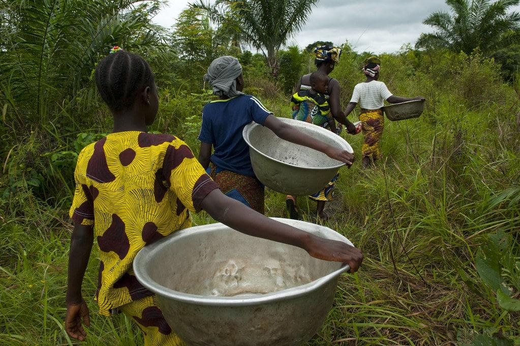 Donne nel Benin vanno a fare rifornimento di acqua - Fotografia: Arne Hoel / World Bank