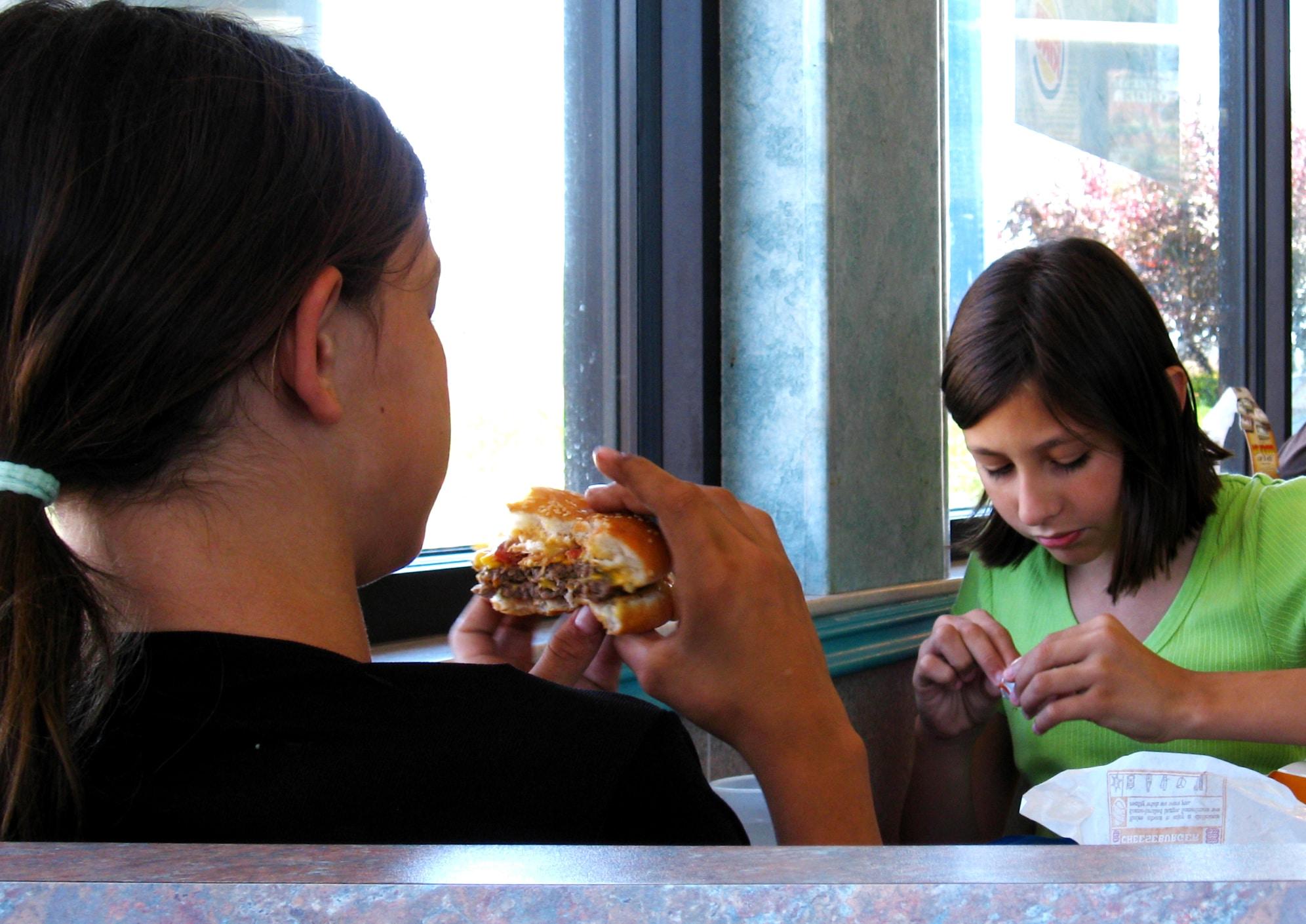 Pranzare al fast food. Immagine ripresa da Flickr/Dawna Kay in licenza CC.