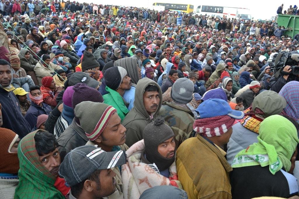 Lavoratori migranti in bangladesh aspettano di essere trasferiti all'aeroporto di Gerba. Immagine riprresa da Flickr/IOM - UN Migration in licenza CC.