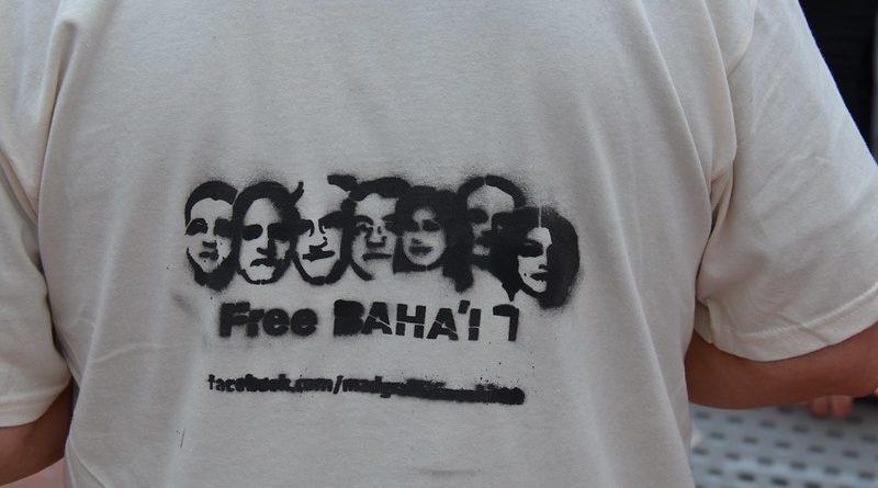 "Stencil ""Free Baha'i"", foto di Steve Rhodes su Flickr in licenza CC"