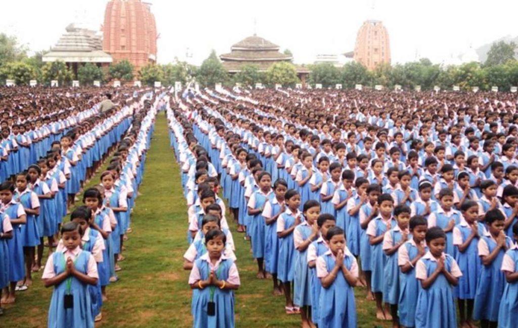 Bambini della Factory School KISS, la più grande del mondo. Foto da Video Survival