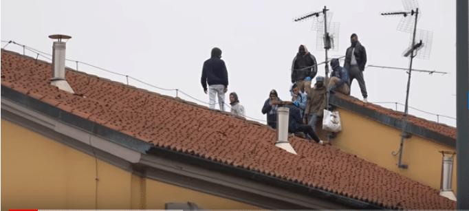 Rivolta nel carcere di san Vittore, Milano. Detenuti sul tetto contro misure sul coronavirus - Foto da video de La Repubblica