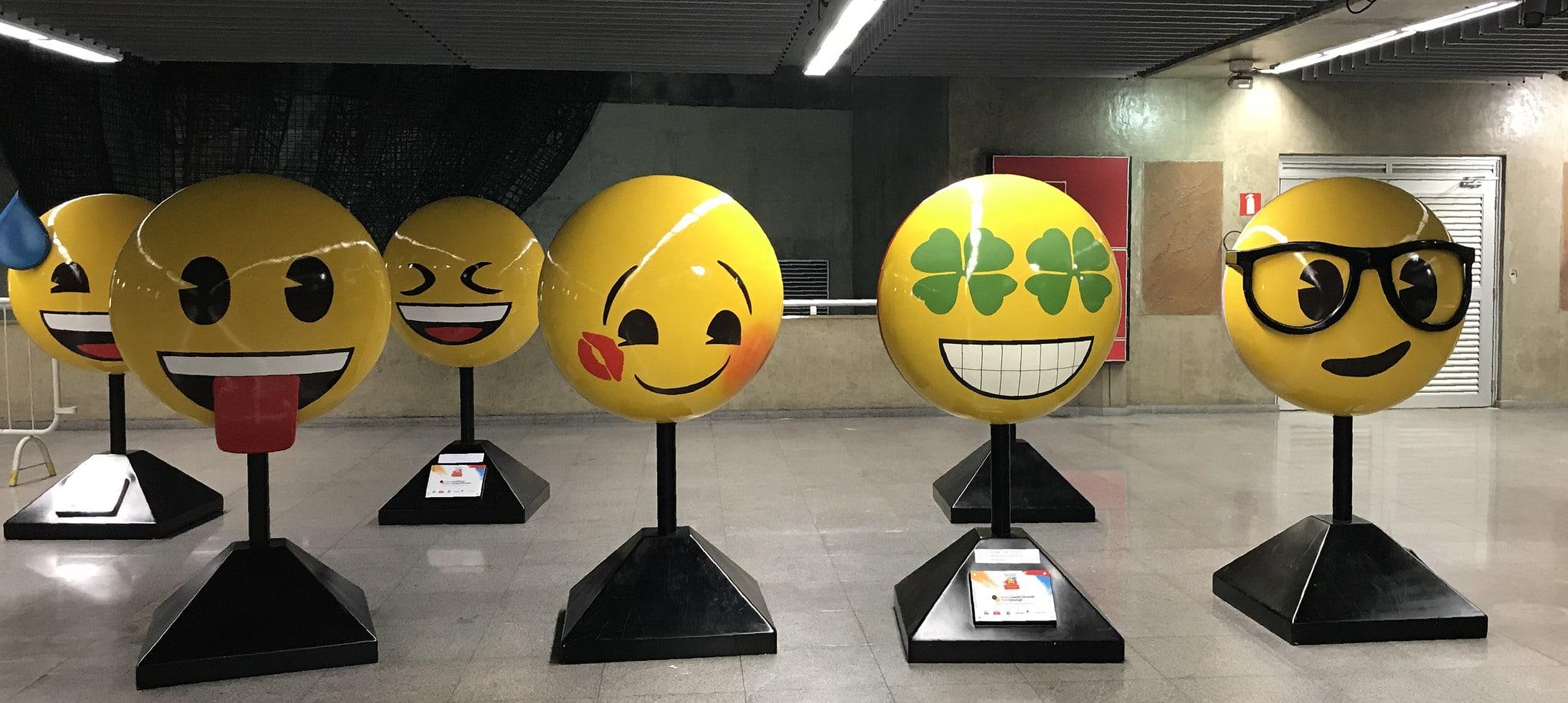 Sculture di emoji all'interno della stazione metropolitana di San Paolo in Brasile. Immagine ripresa da Flickr/Elias Rovielo in licenza CC.