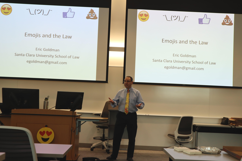 """Eric Goldman, professore di diritto all'Università di Santa Clara in California, durante la presentazione del suo studio sugli """"Emoji e il Diritto"""" la scorsa primavera. Immagine ripresa da Flickr/SCU ILSO in licenza CC."""