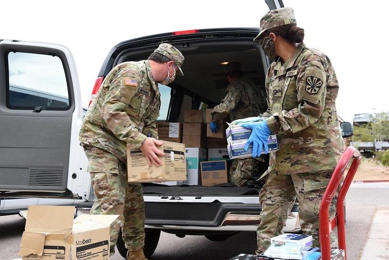 La Guardia Nazionale dell'Arizona prepara spedizioni di materiale per la protezione personale da inviare alla riserva Navajo. Foto Flickr su licenza CC.