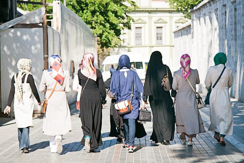 Gruppo di ragazze musulmane che passeggiano per le strade di Istanbul. Flickr/Angel Manzano in licenza CC