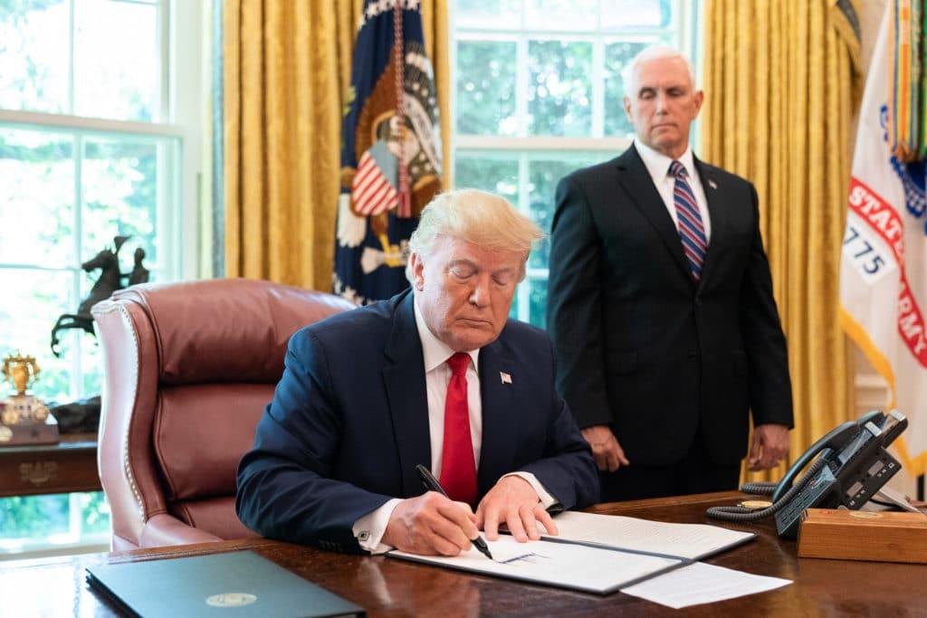 Trump-firma-nuove-sanzioni-sullIran-2019-Foto-The-White-House-Flickr-Creative-Common