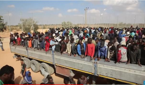 France 24- Migranti stipati su camion prima di essere smistati nei centri in Libia