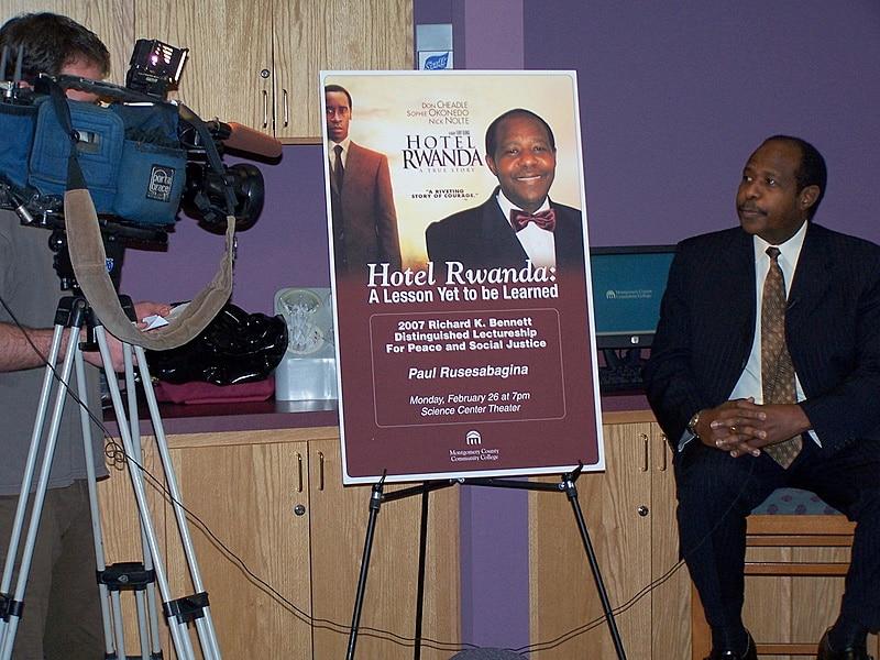 Paul Rusesabagina intervistato dal canale americano WFMZ-TV. Flickr/sblair7 in licenza CC