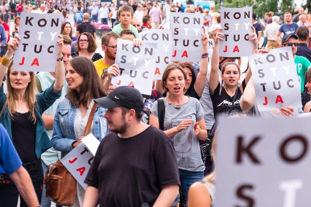 Proteste in Polonia con lo slogan che inneggia al rispetto della Costituzione, usato anche dalla comunità LGTB per rivendicare i diritti.