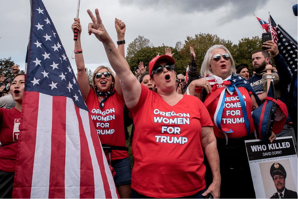 """Donne alla manifestazione del gruppo suprematista """"Proud Boys"""" a Portland, Oregon, settembre 2020. Foto dell'utente Flickr joyofresistance"""