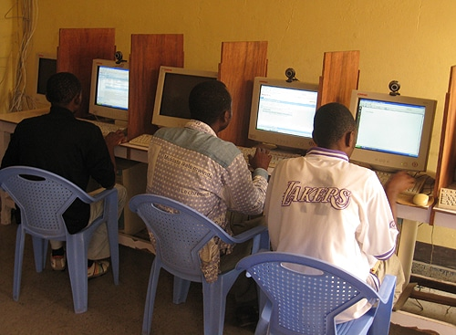 All'interno di un cybercafé a Kinshasa. Cedric Kalonji in licenza CC.