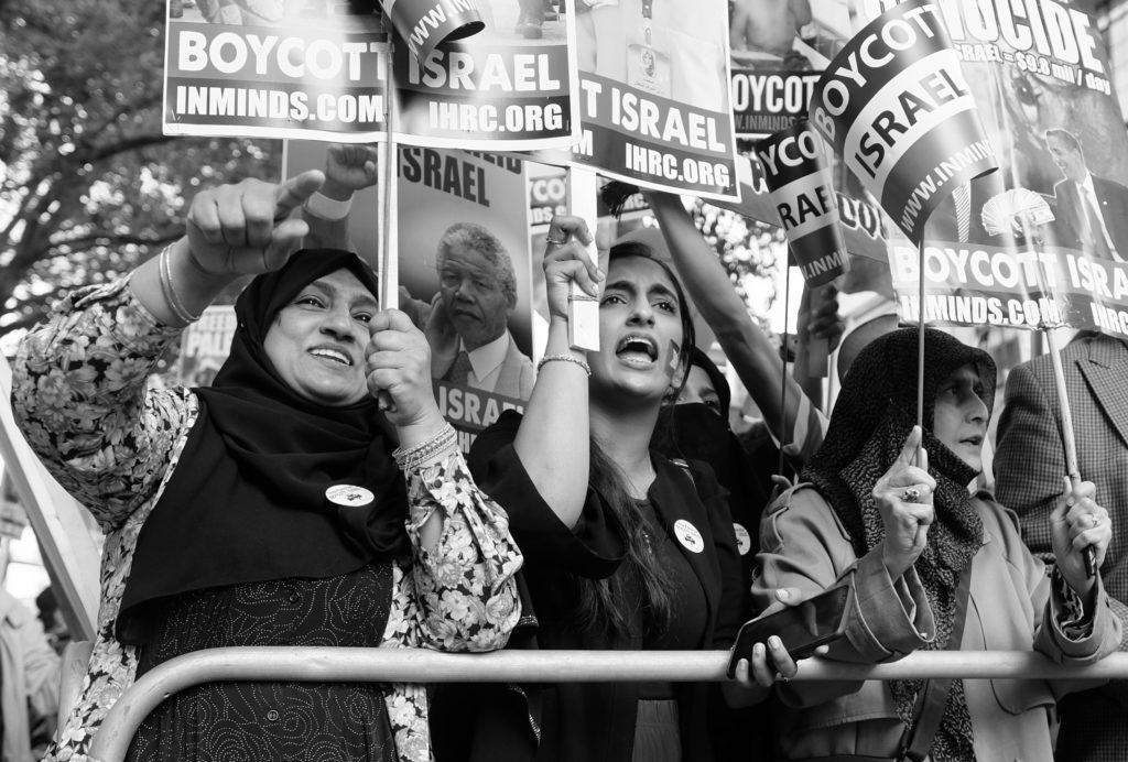 Manifestazione a Londra per il boicottaggio di Israele: partecipanti protestano per la libertà dei Palestinesi. Immagine da Flickr in Licenza CC di Alisdare Hickson
