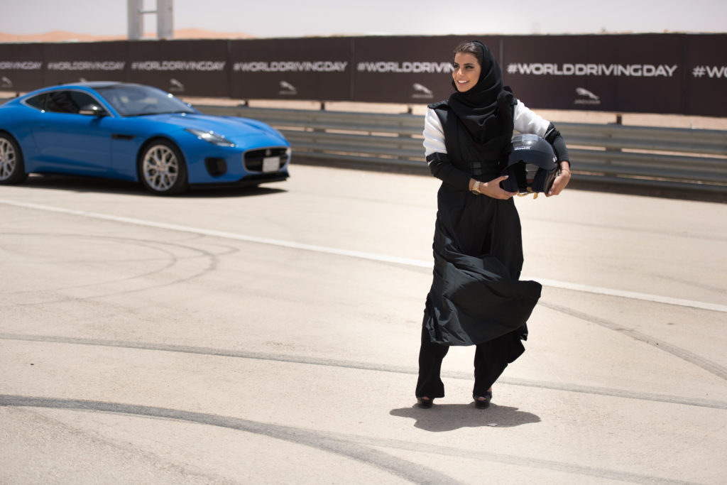 La pilota Aseel Al Hamad immortalata da Jaguar MENA per celebrare la fine del divieto di guida per le donne in Arabia Saudita / Immagine da Flickr in licenza CC