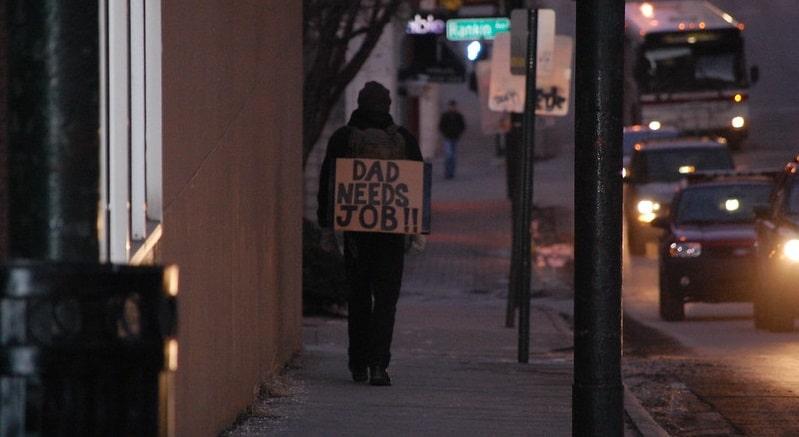 Uomo in cerca di lavoro - Flickr Creative Commons - Dain Nielsen