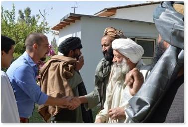 Emanuele Nannini incontra gli anziani del villaggio di Lashkargah, nel sud dell'Afghanistan dove Emergency ha aperto una clinica.