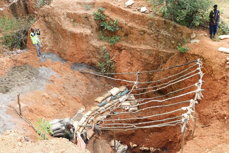 Ingresso a una miniera di cobalto nel Katanga, foto di Fairphone su licenza CC.