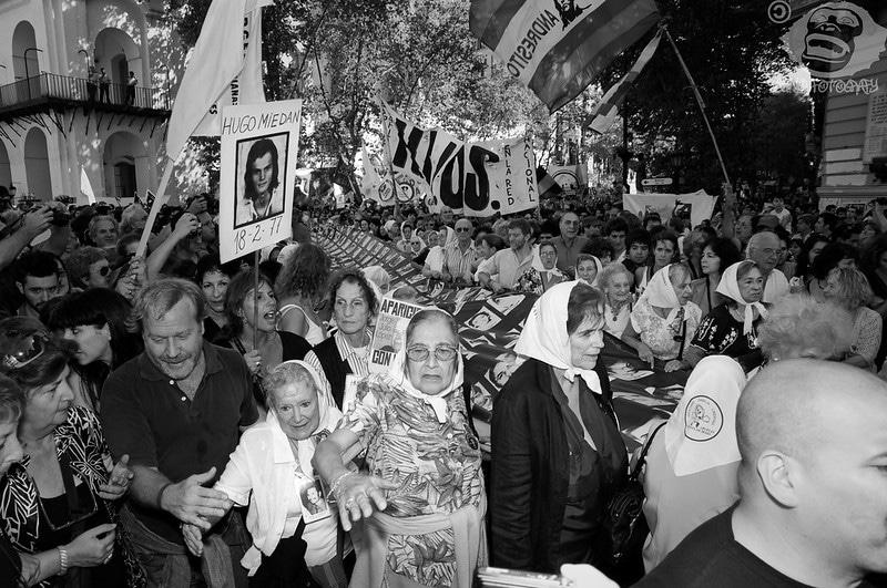 Marcia per il Giorno della memoria per la giustizia e la verità, Plaza de mayo, Buenos Aires, 24 marzo 2010. Foto su licenza CC dell'utente Flickr BoNoNoBo