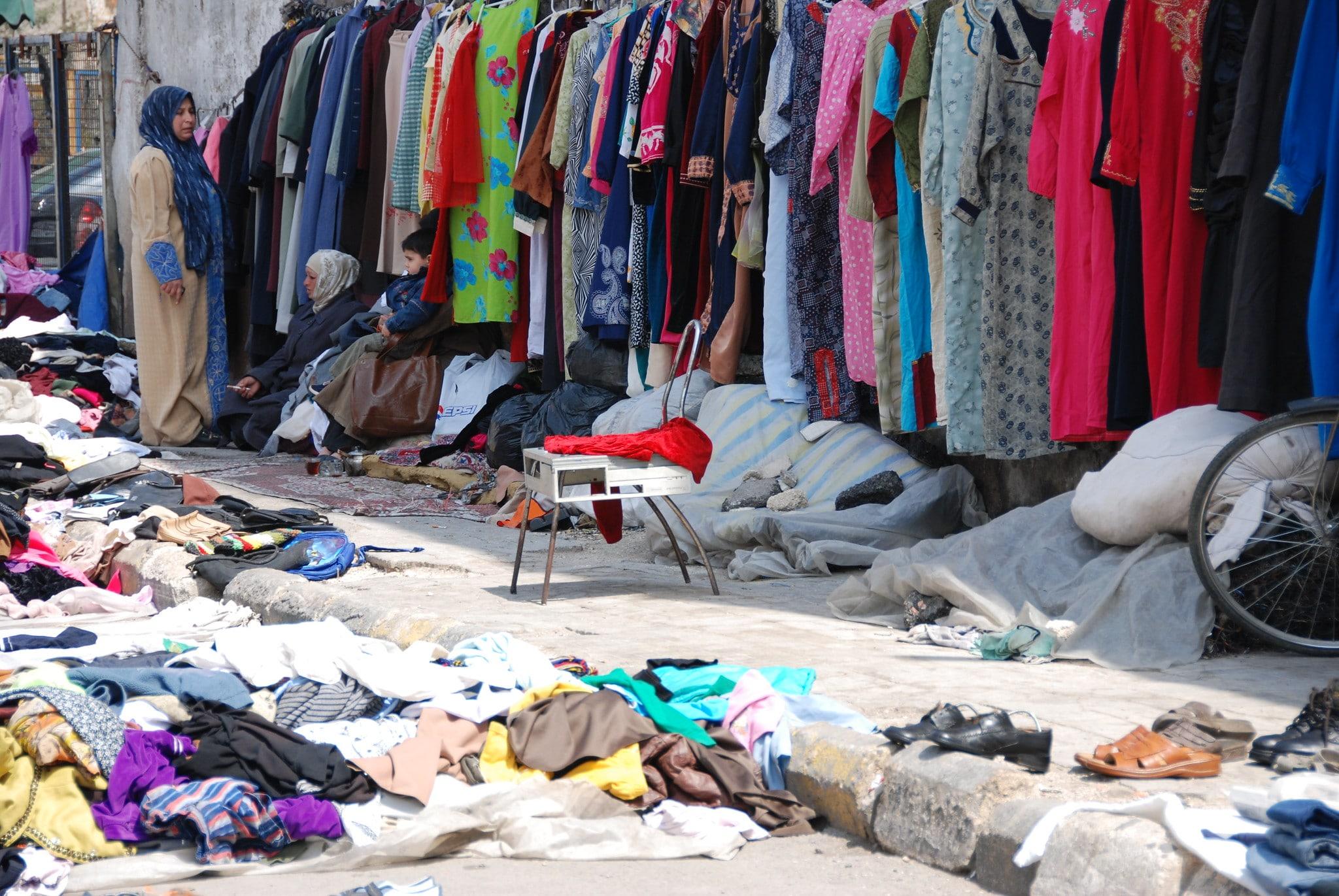 Mercato di abiti usati nelle vie di Damasco - Foto Flickr Creative Commons - Paul Keller