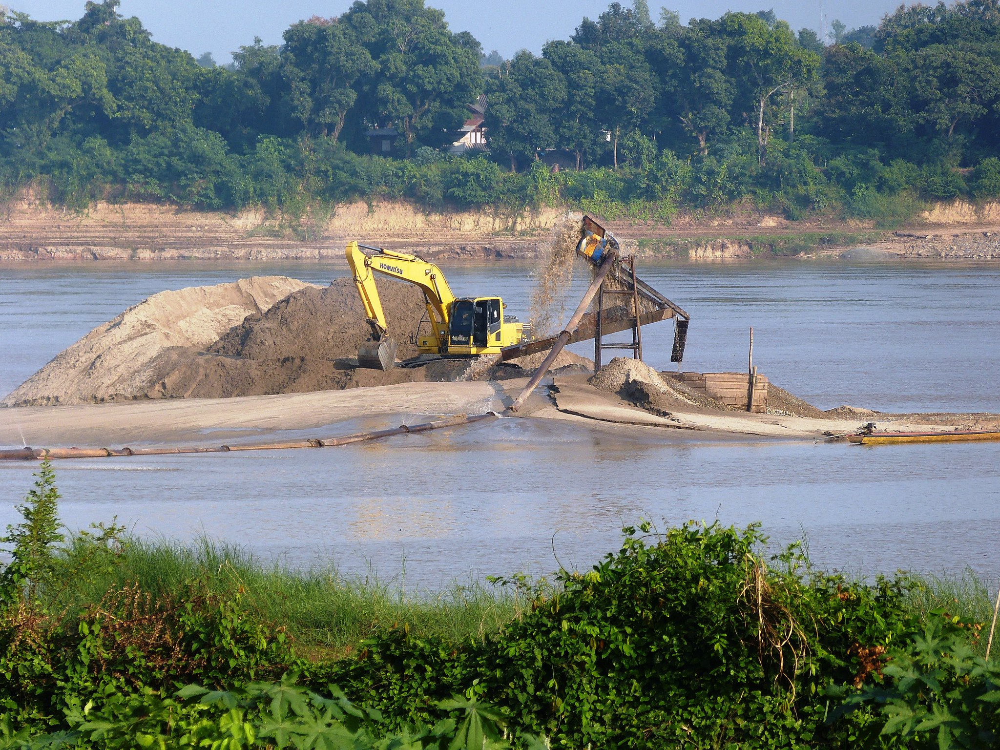 Estrazione sabbia sul fiume Mekong - Foto Flickr Creative Commons - Water Alternative Photos