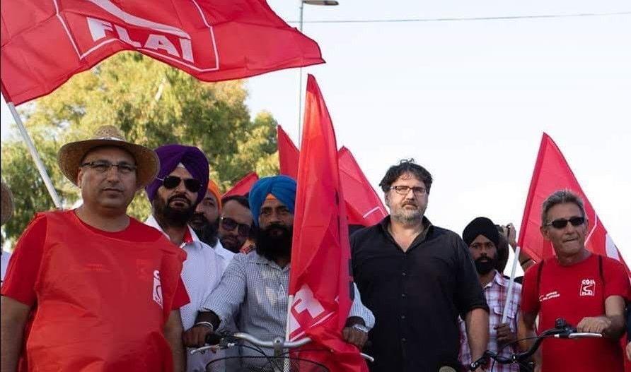 Marco Omizzolo con lavoratori indiani in manifestazione