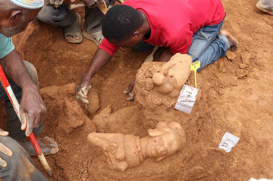 Scavi di figure Nok in terracotta presso il sito archeologico. Foto di Peter Breunig.