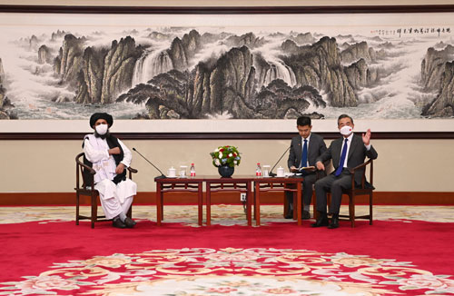 L'incontro tra il ministro degli Esteri cinese Wang Yi e il capo politico dei talebani afghani Abdul Ghani Baradar, Tientsin 28 luglio 2021